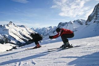 Skifahrer liefern sich ein Rennen